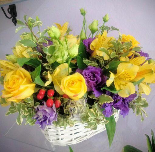 Cestino di fiori con rose gialle