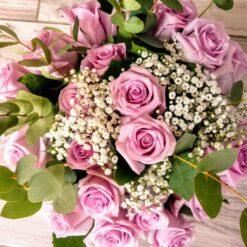 Mosca bouquet di rose rosa e gypsophila bianca