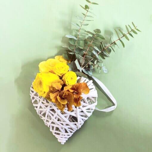 8 marzo Festa della Donna - Consegna in giornata Cuore in rattan con Rose e Roselline