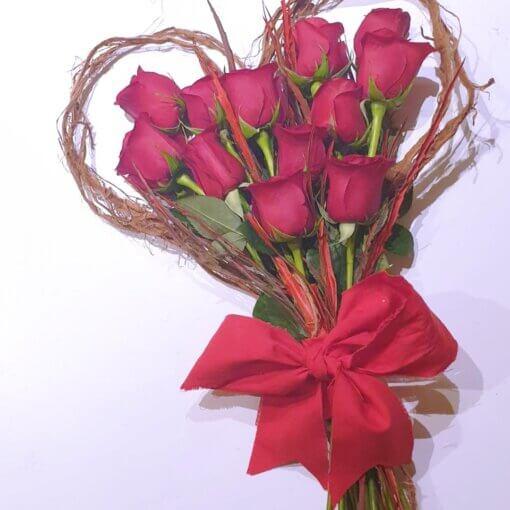 Parigi bouquet d'amore con 12 Rose rosse e cuore